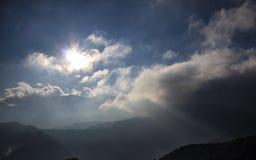 Sun brillant au-dessus du matin brumeux de cloudscape sur une montagne images libres de droits