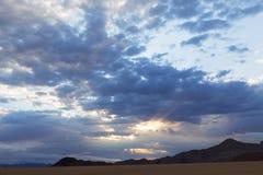 Sun brillant par des lacunes dans les nuages image libre de droits