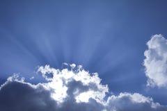 Sun brillant par des nuages Image libre de droits