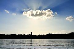 Sun brillant par des nuages Photographie stock libre de droits