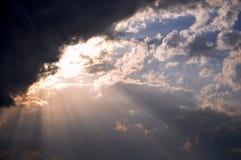 Sun brillant par des nuages photo libre de droits
