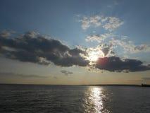 Sun brillant par des nuages sur Coney Island Photographie stock