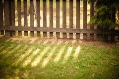 Sun brillant par la barrière en bois image stock