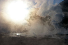 Sun brillant par la vapeur au gisement de geyser, Chili Image libre de droits