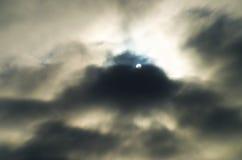 Sun brillant par les nuages dramatiques Photos libres de droits