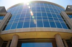 Sun brillant sur l'immeuble de bureaux Photos libres de droits