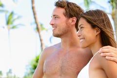 Sun a bronzé les couples beaux à la plage photo stock