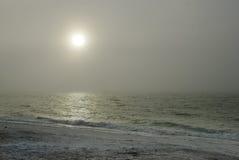 Sun brumoso sobre el océano Fotografía de archivo
