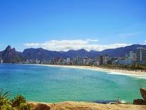 Sun, céu azul e areia dourada, apenas ideais para os surfistas foto de stock royalty free