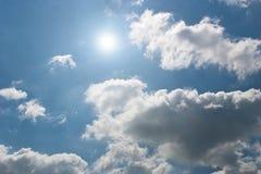 Sun, céu e nuvens Imagens de Stock