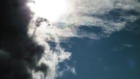 Sun caché derrière les nuages foncés photo stock