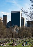 Sun-cercatori che godono del Central Park a New York immagine stock libera da diritti