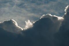 Sun che attraversa un mazzo delle nuvole Fotografia Stock Libera da Diritti