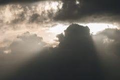 Sun che attraversa un mazzo delle nuvole Fotografia Stock