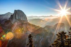 Sun che aumenta dietro la mezza cupola Immagine Stock