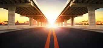 Sun che aumenta dietro la prospettiva sulla costruzione della ram del ponte e sull'asp Immagini Stock Libere da Diritti