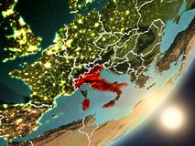 Sun che aumenta sopra l'Italia da spazio Fotografia Stock