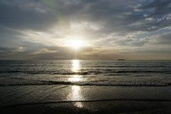 Sun che aumenta sopra l'oceano Immagini Stock Libere da Diritti