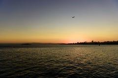 Sun che aumenta sopra San Francisco del centro, California, U.S.A. immagini stock