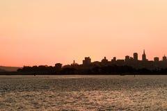 Sun che aumenta sopra San Francisco del centro, California, U.S.A. immagine stock