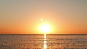 Sun che aumenta sul cielo colorato dorato video d archivio