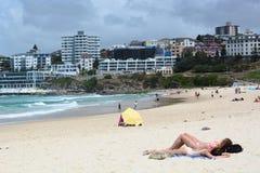 Sun che contiene la spiaggia di Bondi sydney Il Nuovo Galles del Sud l'australia Fotografia Stock Libera da Diritti