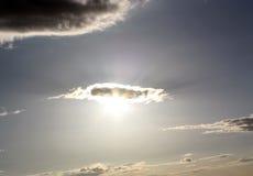 Sun che lucida attraverso la nube Immagini Stock Libere da Diritti
