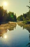 Sun che lucida sopra il fiume Fotografie Stock