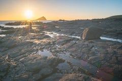 Sun che mette dietro la grande pietra di miagolio Fotografie Stock Libere da Diritti