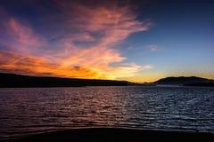 Sun che mette dietro le montagne nel lago big Bear Immagine Stock Libera da Diritti