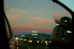 Sun che mette nel traffico Immagine Stock