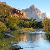 Sun che mette sopra il fiume vergine fotografia stock