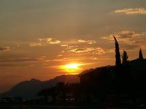 Sun che mette sopra le montagne Immagini Stock