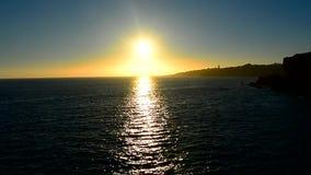 Sun che riflette fuori dal mare archivi video