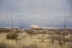 Sun che Shinning sulla montagna del deserto Immagini Stock