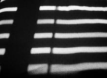 Sun che splende attraverso i ciechi di finestra Immagini Stock