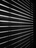 Sun che splende attraverso i ciechi di finestra Fotografie Stock