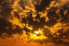 Sun che splende attraverso le nuvole al tramonto fotografia stock