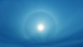 Sun che splende in chiaro cielo blu immagini stock libere da diritti