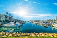 Sun che splende sopra il porto di riva dell'oceano immagine stock