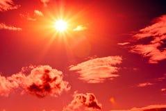 Sun in cielo rosso fotografia stock libera da diritti