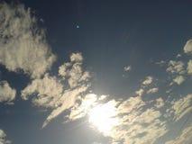 Sun cobriu pelas nuvens brancas no céu Imagens de Stock Royalty Free