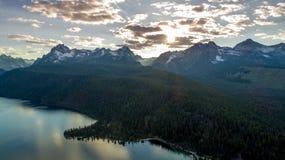 Sun commence à placer au-dessus des montagnes de l'Idaho au lac Radfish Photographie stock