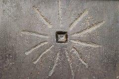 Sun-como diseño en el edificio egipcio antiguo con los jeroglíficos débiles a los lados imagenes de archivo