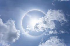 Sun con el arco iris circular en tiempo del día imágenes de archivo libres de regalías