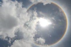 Sun con l'avvenimento circolare di alone del sole dell'arcobaleno dovuto il cristallo di ghiaccio Immagine Stock