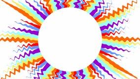 Sun con los rayos ondulados multicolores en el fondo blanco, fondo video con el copia-espacio, almacen de metraje de vídeo