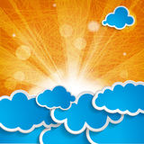 Sun con los rayos y las nubes azules en fondo anaranjado Fotografía de archivo