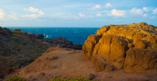 Sun contro le rocce dell'oceano Fotografia Stock Libera da Diritti