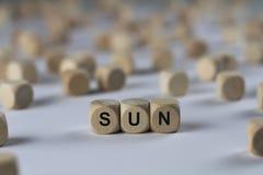 Sun - cube avec des lettres, signe avec les cubes en bois Image libre de droits
